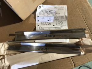 Sottoporta acciaio con logo per Wrangler - Codice OEM: 82210108AC -